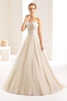 Hochzeitskleid aus hochwertiger Spitze und Tüll mit Schleppe in champagner/nude