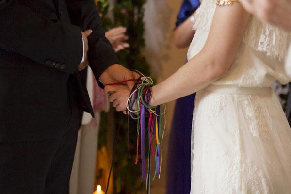 Rituel des mains liées Cérémonie laïque de mariage by Charlotte Vilain