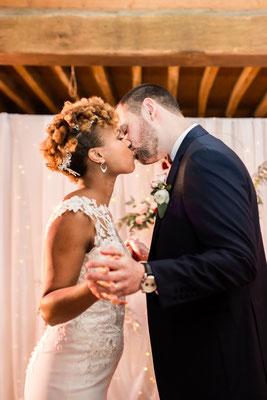 E&M Cérémonie laïque le baiser des mariés