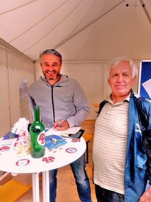 Der deutsche Ski-Rennfahrer Gerd Schönfelder verteilt Autogramme.