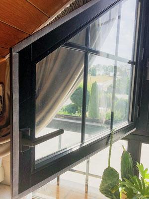 wird am Fensterrahmen und Fenster angebracht