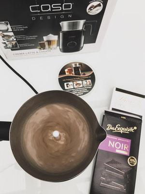 Die Schokolade und Milch wird zur Trinkschokolade