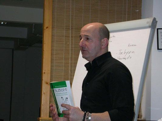 Lebendiger Vortrag anhand vieler Beispiele, Martin Sülz (5. Dan Jiu Jitsu, 1. Dan Iaido).