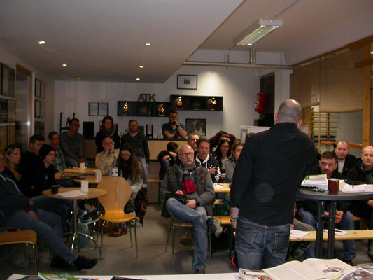 JJU NW - Bis auf den letzten Platz besetzt, der Seminarraum der Schule für Kampfkunst in Wuppertal.