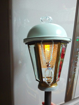 ランプ。前照灯。公道を走れるようにするには、これが必要。これも、自作することに。ええっと、安くても1個5万円はするランプを2個買う余裕がなかったので。ビーズで飾りもつけました。なんとなくレトロな雰囲気のランプに見えませんか?