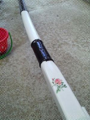 梶棒に貼られていた革布も劣化したり、取れていたり、だったので、新しく貼りました。白く塗装もしました。ついでにバラの花をデコパージュ。梶棒だけではなく、あちこちデコパージュしてみました。