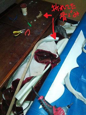 道具を駆使してピンやビスをはずしていきます。なぜ折れたのか、折れないようにするにはどう修理すればよいのか、、。右横に写っている青い色は、ただのソファー、馬車とは関係ありません。紛らわしいですな。