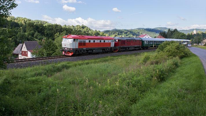 """Benešov nad Ploučnicí. In Prag ist frühmorgens ein Sonderzug via Děčín mit Ziel Česká Kamenice gestartet. Gezogen werden die neun Wagen von den """"Bardotkas"""" 751-010 und 749-253."""