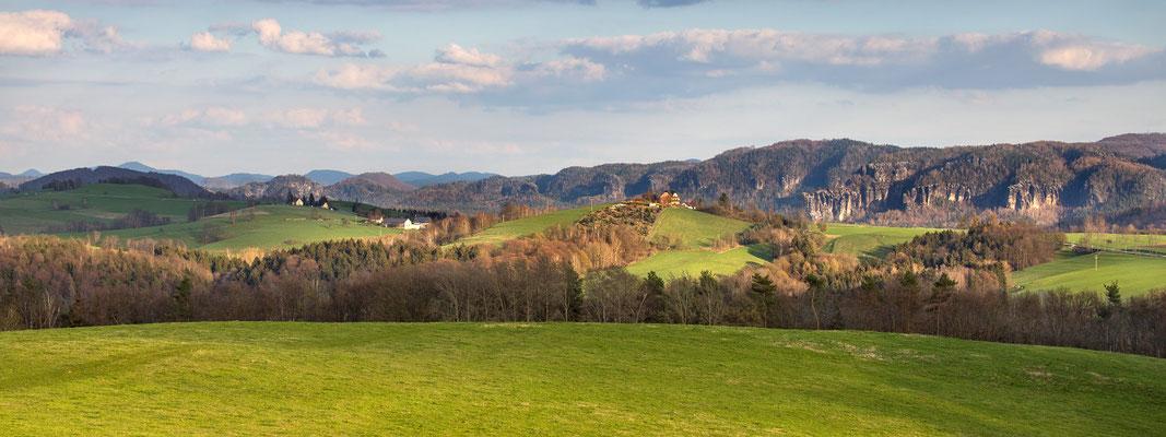 Vom Hankehübel in Goßdorf sieht man dieses Panorama. v.r.: Affensteine, hintere Sächsische Schweiz, Lausitzer Bergland (Böhmen/Sudety)