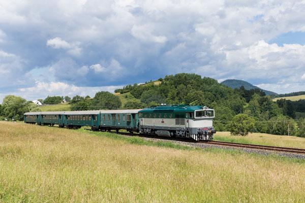 """Zur Feier des Tages sind auf der Strecke zwischen Děčín über Česká Kamenice nach Rumburk zwei Züge mit den """"Taucherbrillen"""" 753-101 + 3x Bai + D und 753-001 + 3x Bam im Pendel unterwegs."""