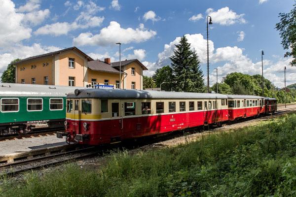 """Der kleine Triebwagen """"Hurvinek"""" M 131.130 bekommt Verstärkung vom Triebwagen M 262.1183 mit Beiwagen 020.038-6. Abfahrt in Česká Kamenice."""