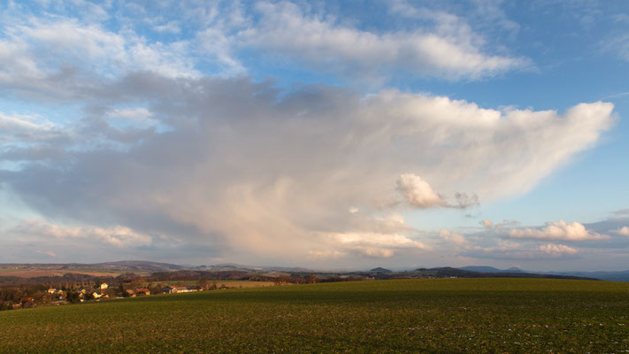 Februargewitter. Ein Riesen-Schneeschauer zieht Richtung Tschechien.