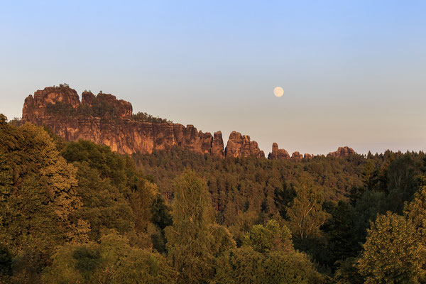 Der Mond ist aufgegangen über den Schrammsteinen