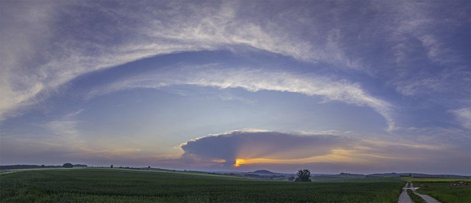 Eine abgeschwächte Gewitterzelle im Sonnenuntergang
