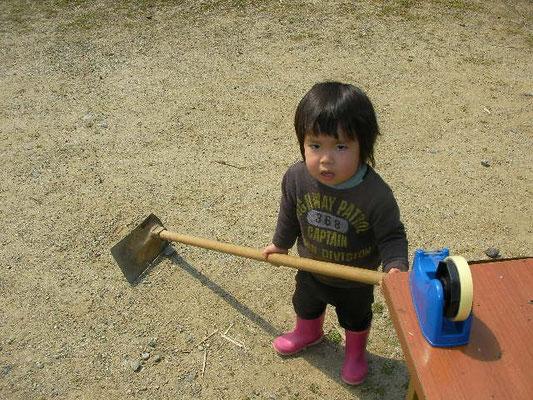 鍬を持つ男の子の写真