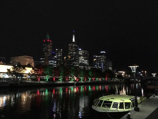 Kostenlos und unbezahlbar - Abendstimmung am Yarra mit Lichtern und Straßenkünstlern