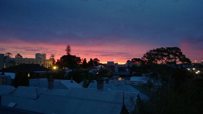 Sonnenuntergang von unserem Balkon: Heike ist noch in Patagonien unterwegs. Da muss ich ihr doch mal zeigen, wie schön es in Melbourne sein kann, um sie zurückzulocken... ;-)