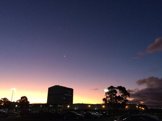 Abends nach der Arbeit: auf dem Weg zum Auto gab es im Juni ein grandioses Farbenspiel am Himmel! Und wer genau hinschaut kann rechts vom Mond sogar Jupiter und die Venus entdecken!