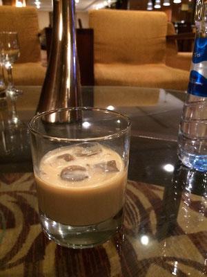 Zurück im Hotel: ein Baileys auf Eis hilft gegen Frust!