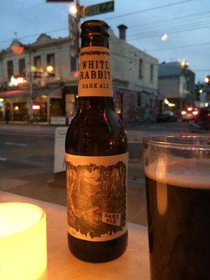 Ein Dark Ale zum gemütlichen Abendessen in der Veggie Bar in Fitzroy: die Etiketten auf den australischen Bierflaschen sind einfach knipsenswert...