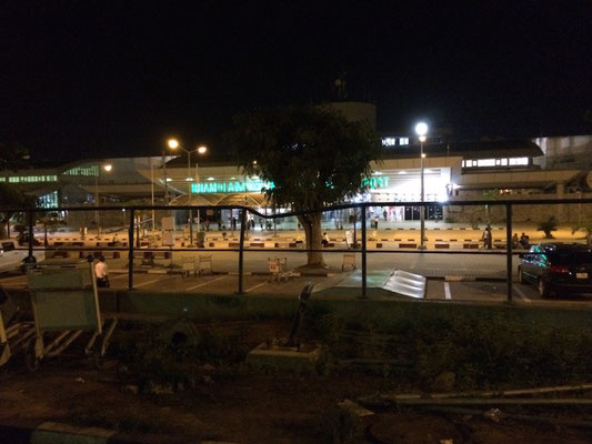 Nach Sonnenuntergang am Donnerstag: Feierabendstimmung am Flughafen von Abuja