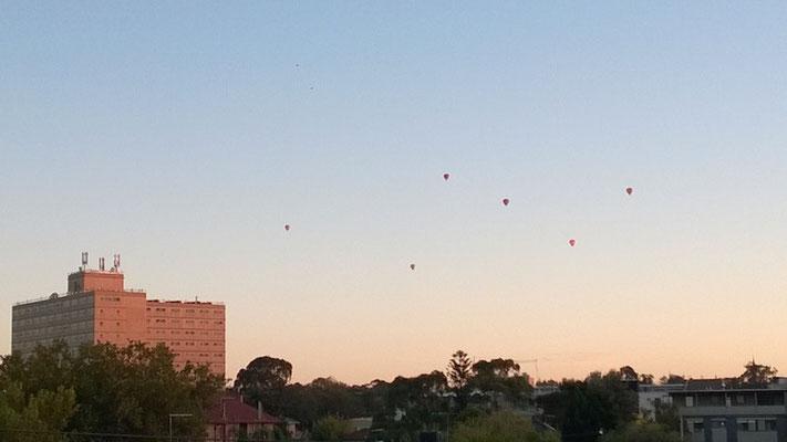 Zu manchen Jahreszeiten wimmelt es jeden Morgen von Heißluftballons am Himmel vor unserem Balkon!