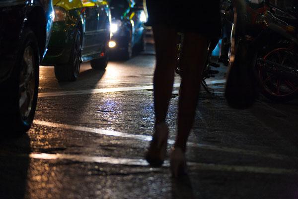 Prostitution ist ebenfalls strafbar und findet nur sehr versteckt statt.