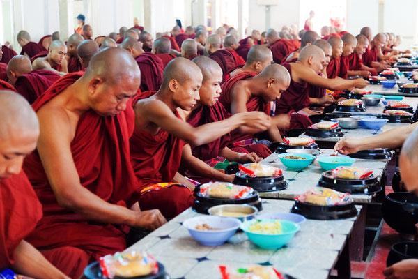 Bitte behandeln Sie die Mönche in den Tempeln Myanmars immer respektvoll. Fotos sollten nur mit Erlaubnis und ausreichend Abstand geschossen werden.