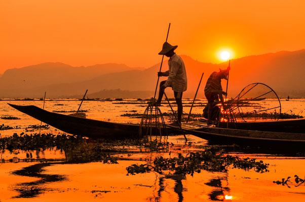 Einbeinruder beim Fischen