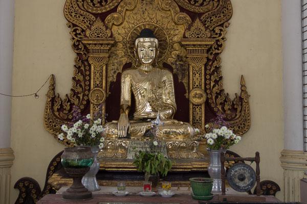 Buddha Statue in der Mahazedi Pagode.