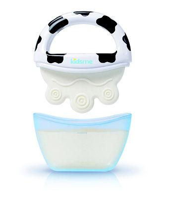 Kühlbeißring in die Milch setzen