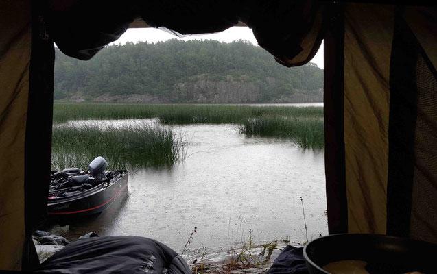 Regen, Schutz im Zelt von Radical Carp, Zebco