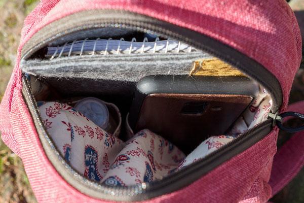 In das kleine Rucksäckchen passen das Handy, Schlüssel, DIN A6-Schreibmäppchen und Geldbeutel problemlos hinein.