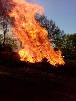 ... entwickelt sich ein stattliches Feuer