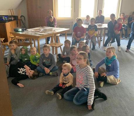 Während die Eltern dem Impulsvortrag lauschen, schauen die Kinder die Ostergeschichte auf DVD, bevor sie basteln dürfen