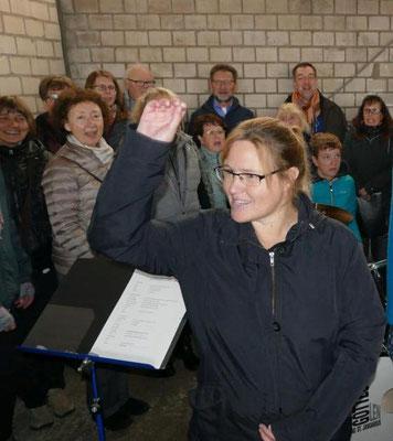 ... und die Dirigentin mit dem Chor
