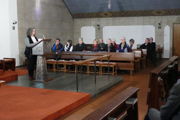 Zuhörer im Seitenschiff rechts