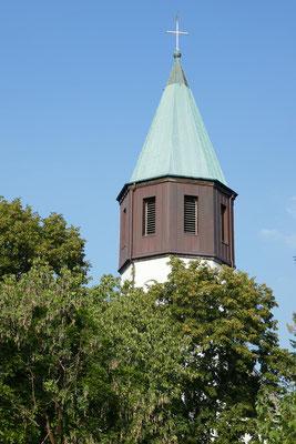 Während der Grillabend zu Ende geht, reckt sich der Kirchturm von St. Josef in den Abendhimmel