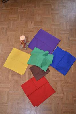 Die Farben der Tücher zeigen die Verbindung zu den verdeckten Gegenständen.