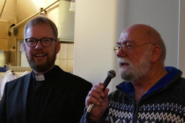 Ein Gläubiger der Gemeinde St. Januarius trägt ebenfalls seinen Dank vor...