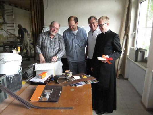 Besprechung während der Gemeindeheimrenovierung 2011
