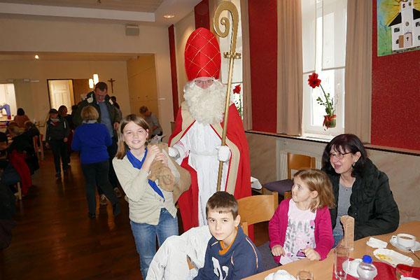 Der Nikolaus bringt den Kindern Geschenke