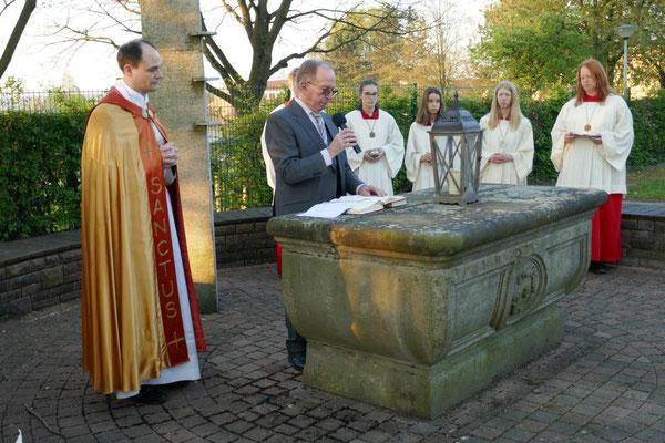 Franz Frerich trägt das Evangelium vor