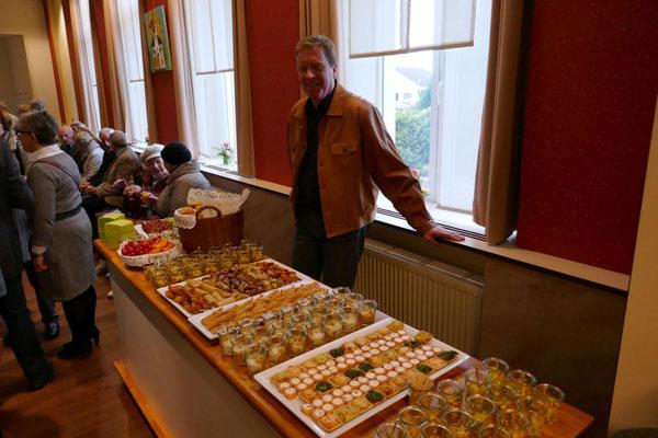 Thomas Fröschke assistiert beim kalten Buffet