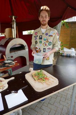Pfadfinder vor Pizzaofen mit frischem Flammkuchen