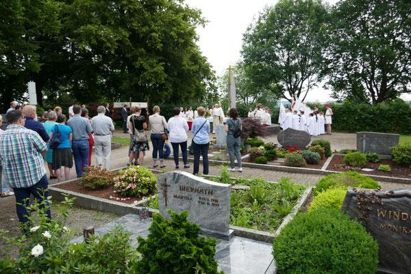 Wieland Schmidt spendet Segen auf dem Friedhof