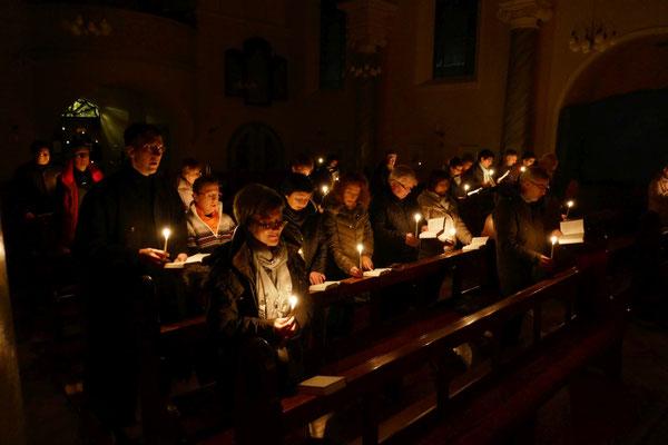 Nur Kerzenschein beleuchtet die Kirche