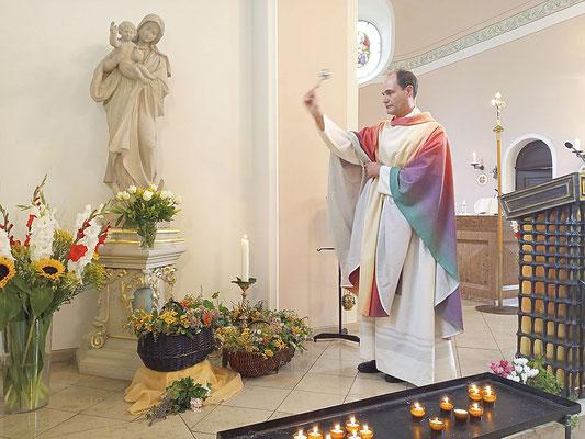 Pfarrer Holger Schmitz weiht die Kräuter