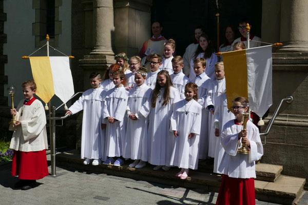 Gruppenfoto nach der Erstkommunionfeier