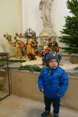 Oskar auf dem Weg zur Kindersegnung, vorbei an den Königen, die auf dem Weg zur Krippe sind